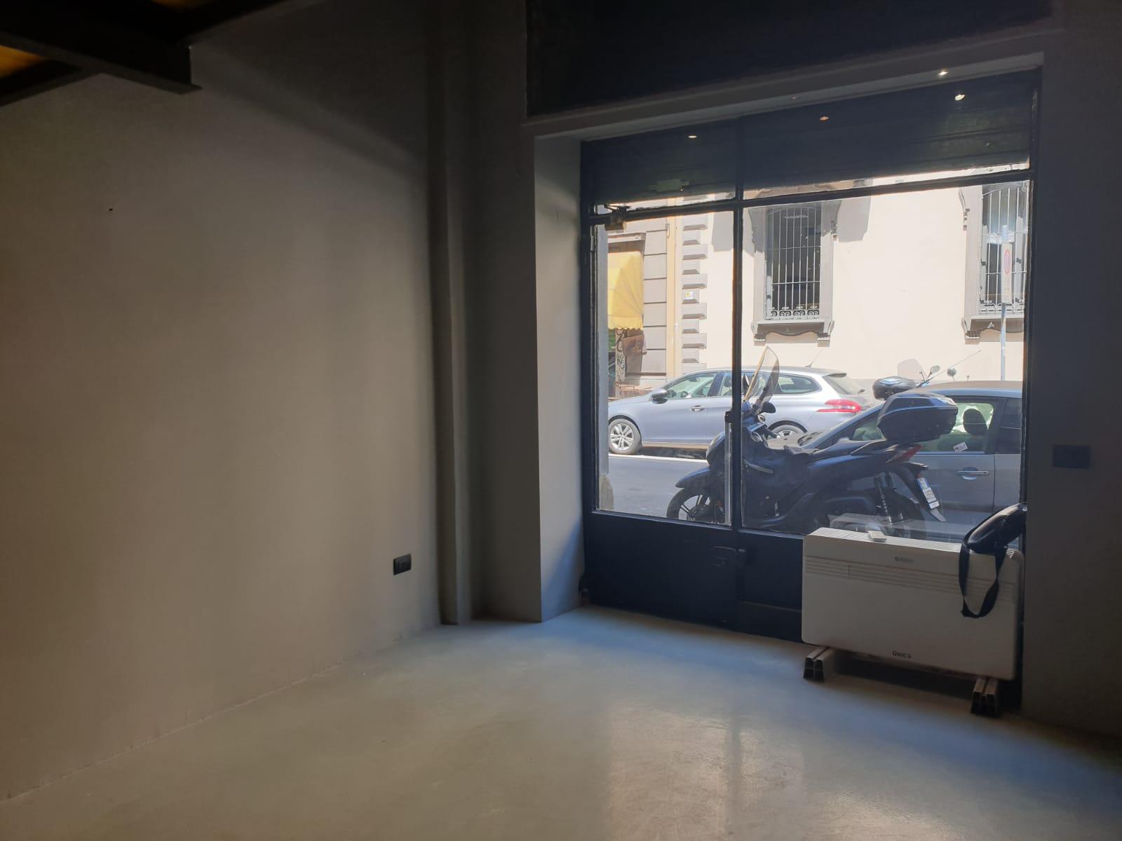 Via Felice Casati affittasi negozio una vetrina